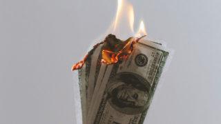Brennender Dollar als Zeichen für den schwachen Dollarkurs